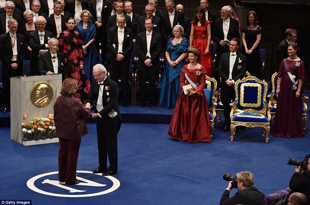 Nhà văn Svetlana Alexievich nhận giải Nobel văn học từ Vua Carl XVI Gustaf