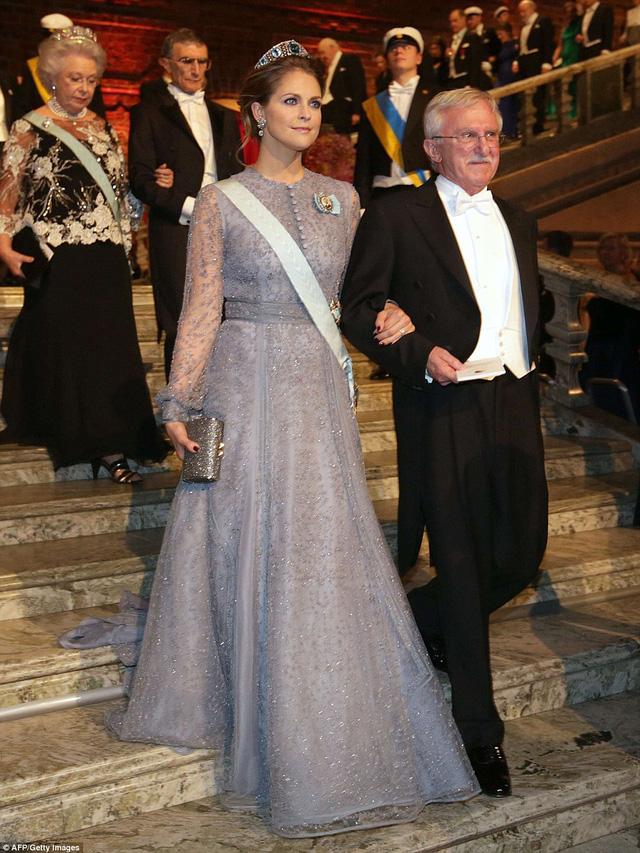 Công chúa Madeleine - người con út của Vua Carl XVI Gustaf và Nữ hoàng Silvia - thu hút mọi ánh nhìn trong bộ đầm tuyệt đẹp. Đi cùng cô là Paul Modrich - người đoạt giải Nobel hóa học