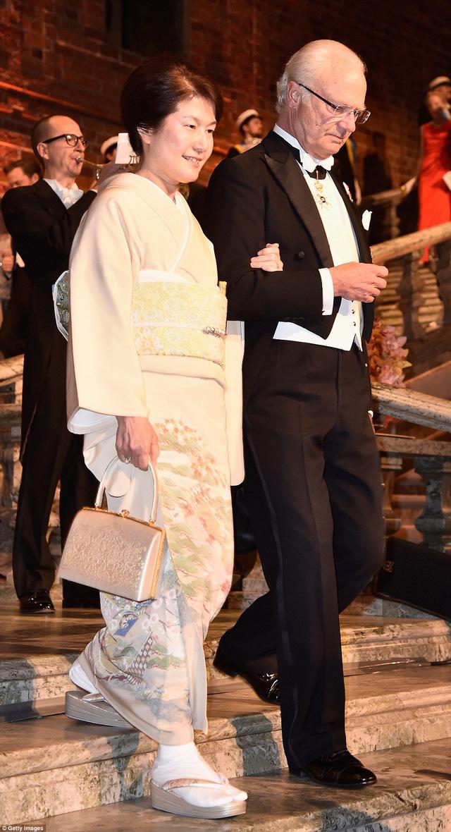 Bà Michiko Kajita - vợ của nhà khoa học Takaaki Kajita - diện bộ kimono màu trắng thanh lịch.