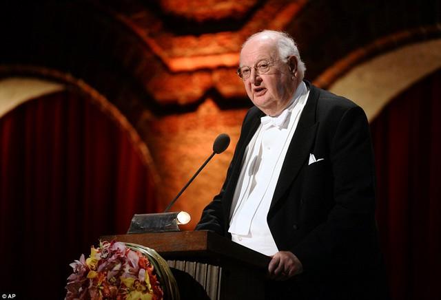 Chủ nhân giải thưởng Nobel Kinh tế - Angus Deaton - phát biểu trên bục nhận giải.