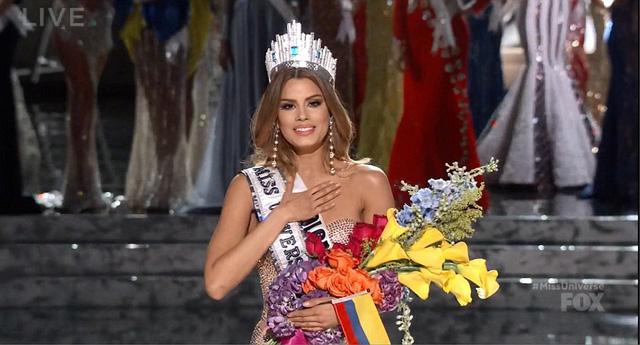 Hoa hậu Colombia và Philippines trong giây phút đăng quang ngơ ngác vì lỗi đọc nhầm của MC.