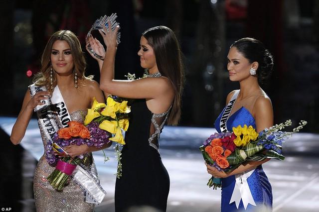 Đêm Chung kết Hoa hậu Hoàn vũ 2015 với việc trao nhầm vương miện.