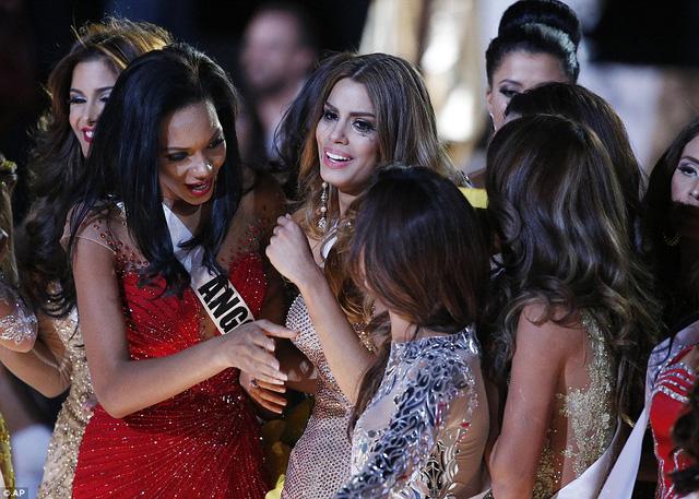 Ariadna Gutierrez được các Hoa hậu vây kín xung quanh