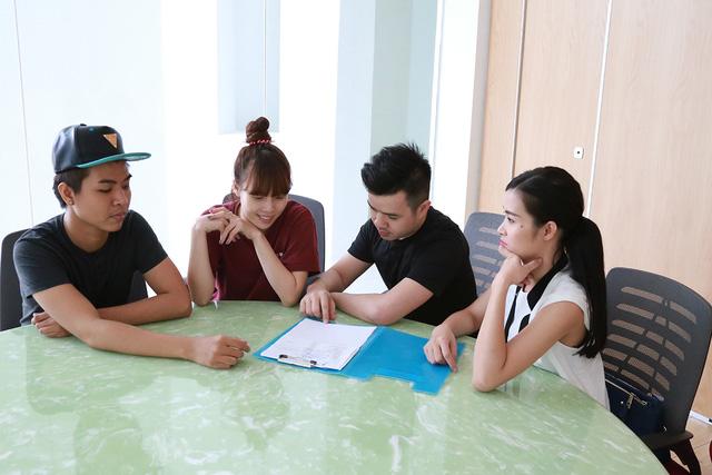 Đông Nhi làm việc cùng ê-kíp để tạo ra bản phối mới cho tiết mục tuần này