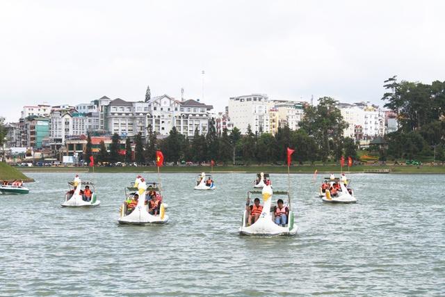 Cùng với nhiều đơn vị của Thành Đoàn, các trường Đại học, du khách tham gia lễ hội đua xe đạp nước trên Hồ Xuân Hương với nội dung đôi nam, đôi nam nữ, mang đến một không khí sôi động và náo nhiệt. (Ảnh: VnExpress).