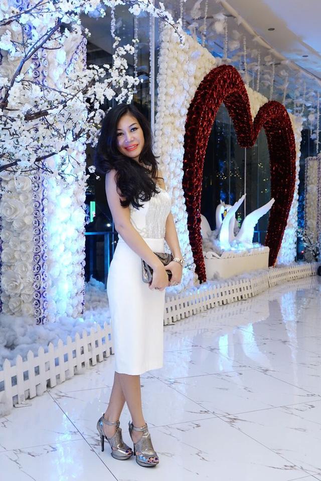 Đến dự sự kiện, chuyên gia sắc đẹp Valencia Trần diện đầm trắng với những đường cắt cúp khéo léo tôn vóc dáng. Chị cũng tinh tế tạo điểm nhấn bằng các món trang sức sang trọng làm toát lên vẻ đẹp quý phái. (Ảnh: Zing)
