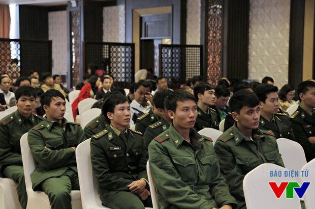 Các chiến sĩ chăm chú theo dõi những chia sẻ tại diễn đàn