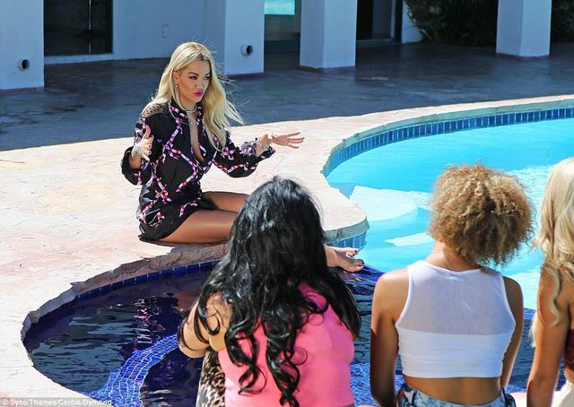 Nữ giám khảo phụ trách huấn luyện cho nhóm thí sinh nữ.