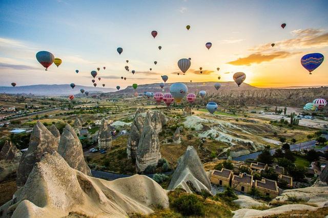 Bay cao cùng khinh khí cầu ở Cappadocia, Thổ Nhĩ Kỳ.