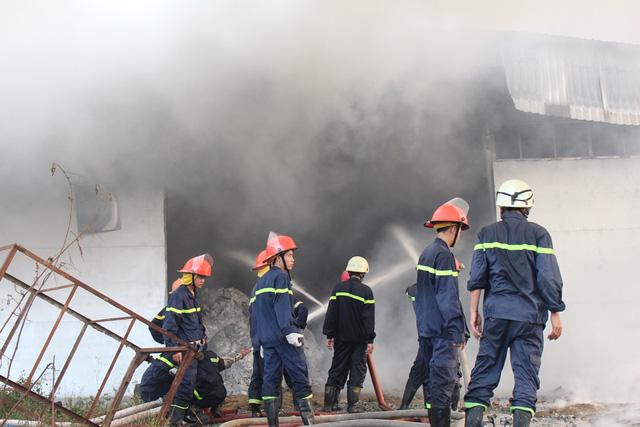 Các tuyến đường xung quanh kẹt xe kéo dài vì khu vực lớn phải phong tỏa cho công tác cứu hỏa.