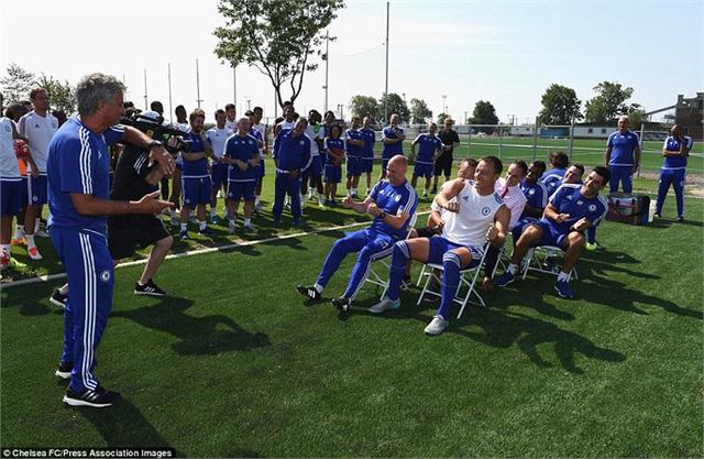 HLV Mourinho đánh lạc hướng Terry và các đội ngũ nhân viên bằng cách bắt họ nghiêng người để chuẩn bị cho màn chơi khăm