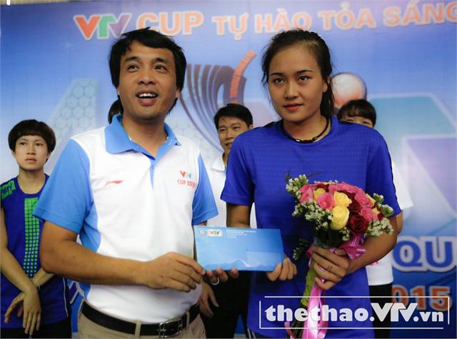 Nhà báo Phan Ngọc Tiến (trái), Trưởng Ban Sản xuất các chương trình thể thao, Trưởng ban tổ chức VTV Cup 2015 trao tặng đội tuyển bóng chuyền nữ Việt Nam 50 triệu đồng