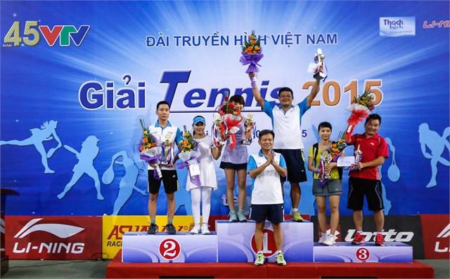Ông Phạm Văn Quang, Phó Bí thư thường trực Đảng uỷ Đài THVN (giữa) trao giải cho các tay vợt đoạt giải nội dung đôi nam nữ.