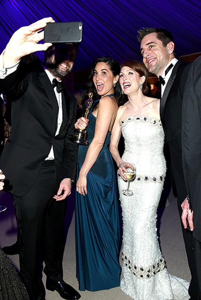 Olivia Munn, Julianne Moore, đạo diễn Bart Freundlich và Aaron Rodgers cùng tự sướng trong bữa tiệc.