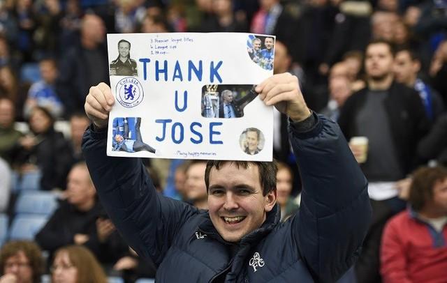 Trước khi trận đấu diễn ra, các CĐV có mặt ở Stamford Bridge hát vang tên của Mourinho, như một cách ủng hộ Người Đặc biệt.