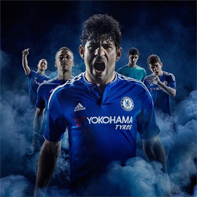Mẫu áo đấu của Chelsea vẫn giữ nguyên cảm hứng cổ điển từ mẫu áo những năm 1980. Chiếc áo đấu năm nay có in dấu tay được dệt dưới dạng sợi ở logo CLB.
