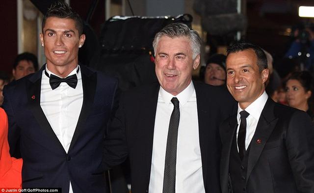Huấn luyện viên Carlo Ancelotti (giữa) và siêu cò Mendes (phải) tươi cười tới chúc mừng Ronaldo.