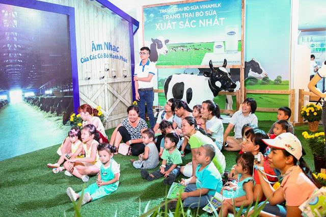 Các bé say mê khám phá trang trại bò của Vinamilk (Ảnh: Zing)