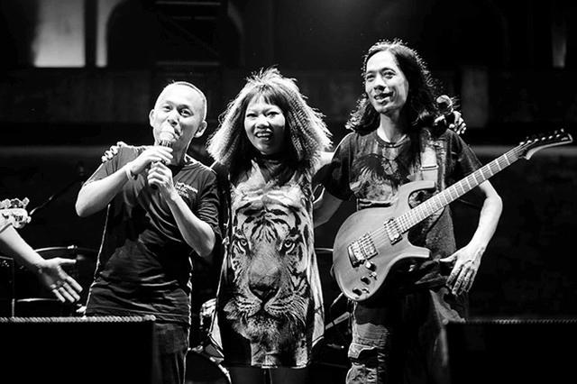 Đạo diễn Quốc Trung, ca sĩ Hà Trần, nhạc sĩ Thanh Phương trên sân khấu