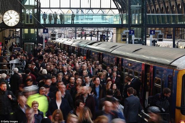 Ga tàu điện ngầm ở London, Vương Quốc Anh, đông nghẹt khách đi lại vào giờ cao điểm.