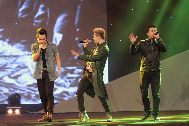 Ba nam ca sĩ trẻ gồm Tiến Bắc, Hoàng Hiệp, Minh Trí khuấy động Gala với ca khúc Hò kéo pháo theo phong cách Rock.