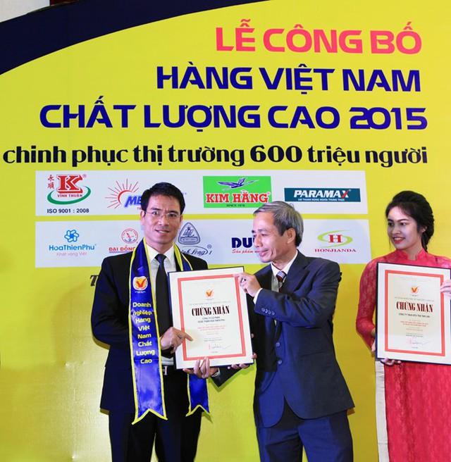 Đại diện Hoa Thiên Phú đón nhận giải thưởng Hàng Việt Nam Chất Lượng Cao 2015 do Người Tiêu Dùng bình chọn
