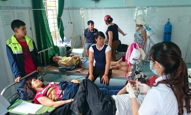 Các nạn nhân bị thương đang được điều trị tại Trung tâm Y tế huyện Phước Sơn.