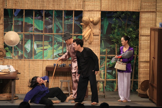 """Trước tình huống này, Lan Trinh gần như """"phát điên"""", không ngừng xảy ra tranh chấp với Trường Giang trên sân khấu nhằm đòi lại con. Những giọt nước mắt của nữ ca sĩ khi không còn có thể ôm lấy đứa con khiến khán giả vô cùng cảm động."""