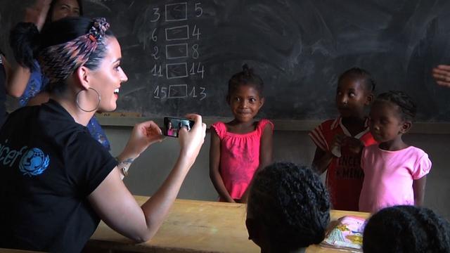 Katy Perry trong lần đến thăm trẻ em nghèo ở Madagascar.