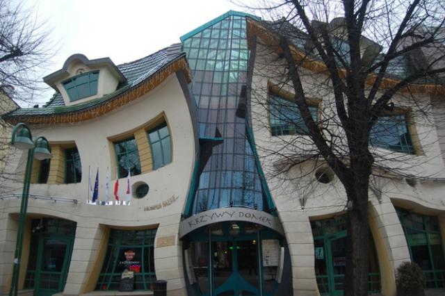 Tòa nhà Krzywy Domek tại Ba Lan có biệt danh là tòa nhà uốn éo bởi hình dáng vô cùng lạ mắt.