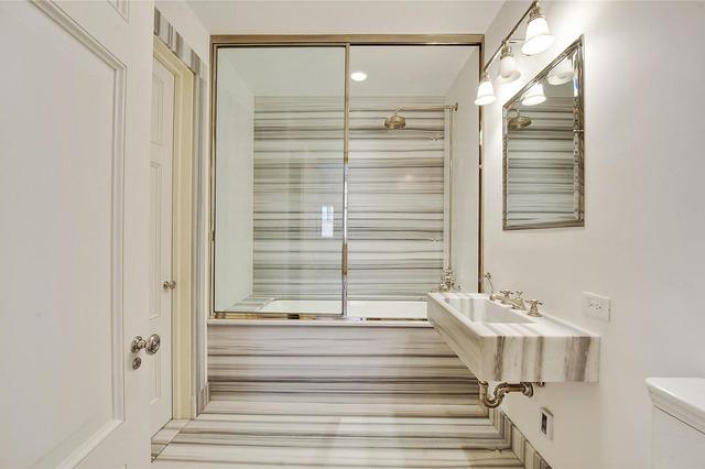 Việc lựa chọn đá hoa cương sọc ngang ăn gian đáng kể diện tích cho căn phòng tắm này