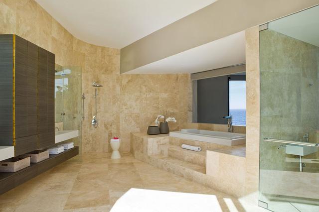 Một phòng tắm rộng rãi với gam màu ấm áp