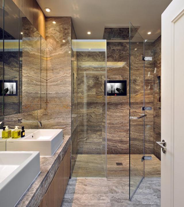 Còn gì tuyệt vời hơn khi vừa được tắm, vừa được xem TV?