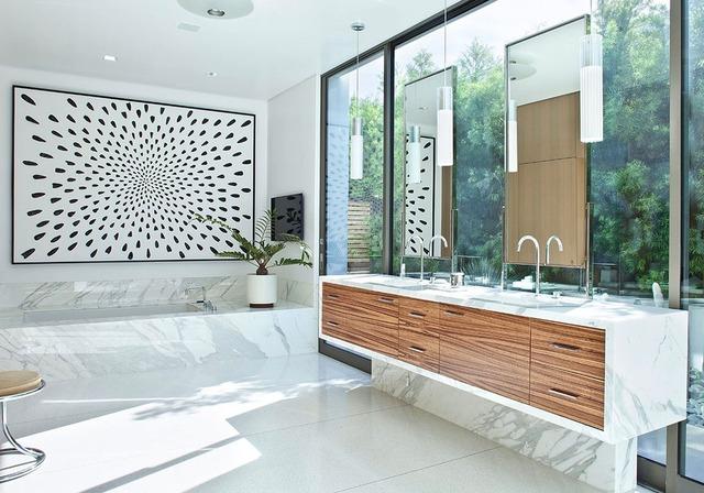 Bạn nghĩ sao về việc treo một bức tranh ấn tượng trong phòng tắm?