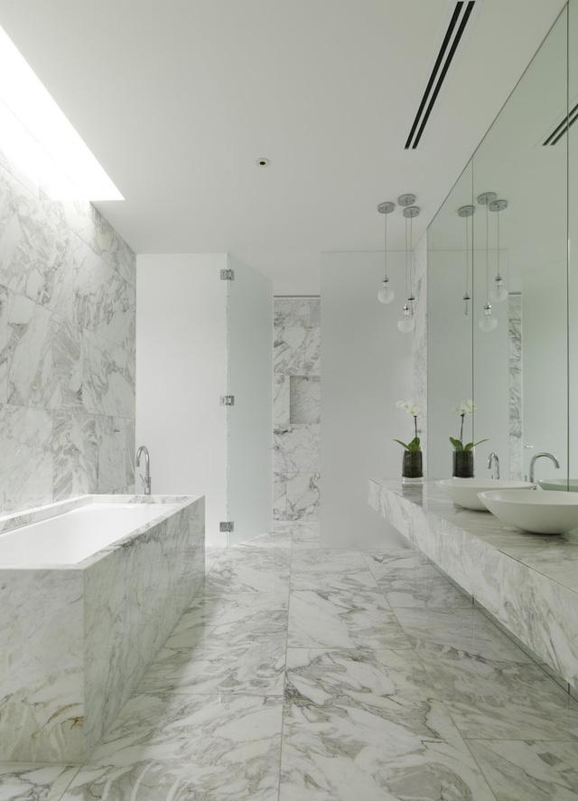 Căn phòng rộng rãi, sáng sủa với nội thất tối giản
