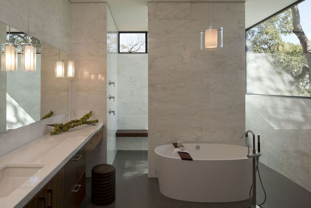Điểm nhấn trong căn phòng tắm hiện đại này chính là thiết kế độc đáo của bồn tắm