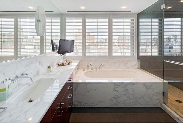 Còn gì tuyệt vời bằng việc được thả mình trong bồn tắm và ngắm nhìn vẻ đẹp của thành phố qua khung cửa sổ