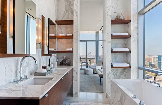Nếu muốn lưu trữ khăn tắm, hãy nghĩ đến việc sử dụng kệ gỗ!