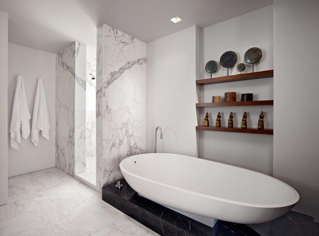 Cách bài trí bồn tắm mở ra một không gian rộng rãi, thoáng đãng