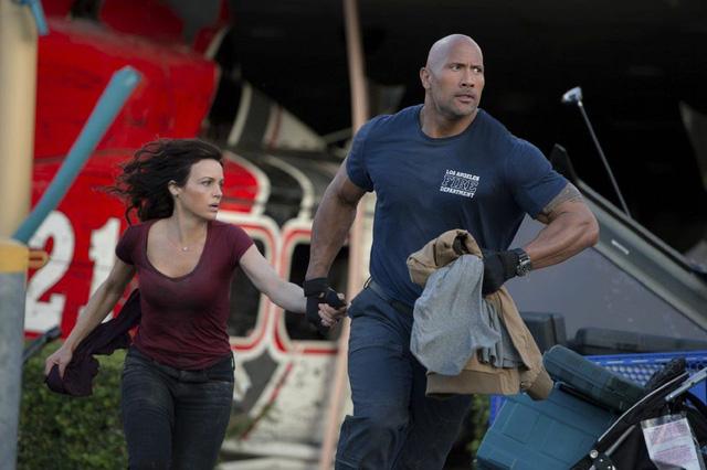 Ray (Dwayne Johnson) và vợ là Emma (Carla Gugino) vượt mọi khó khăn để cứu cô con gái Blake (Ảnh: Internet)