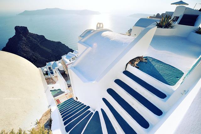 Phủ kín Santorini là màu sơn trắng và xanh hài hòa với biển cả. Theo lời kiến trúc sư, màu sơn trắng có tác dụng tuyệt vời trong việc làm giảm bớt nhiệt lượng của mặt trời