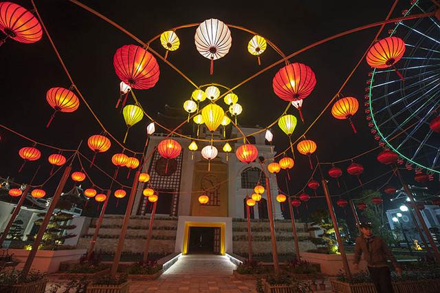 Khu vườn đèn lông lung linh trong công viên châu Á