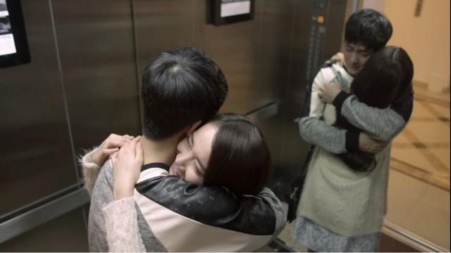 Cả hai bật khóc và ôm chầm lấy nhau khi nhận ra rằng không thể quên được đối phương.
