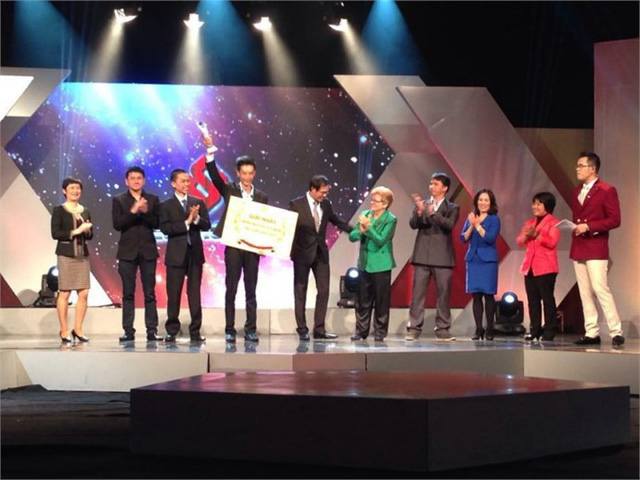 Quảng Minh nhận Cúp lưu niệm và phần thưởng trị giá 100 triệu đồng
