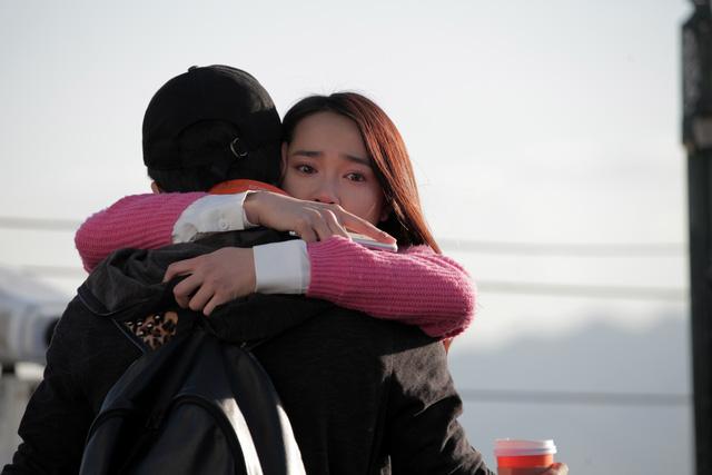 Linh ôm chầm lấy Junsu khi biết tin được ở lại Hàn Quốc học tiếp. Cũng chính từ khoảnh khắc này, Junsu nhận ra mình có tình cảm đặc biệt với Linh.