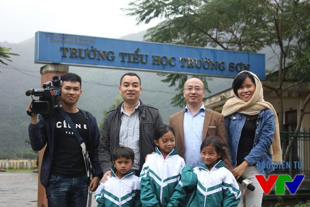 Nhóm phóng sự Quỹ tấm lòng Việt và ông Nguyễn Phan Huy Khôi, đại diện Công ty Tân Hiệp Phát chụp ảnh cùng các em học sinh trường Tiểu học Trường Sơn