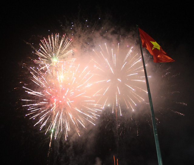 Người Bình Định thưởng thức màn pháo hoa sớm nhất cả nước