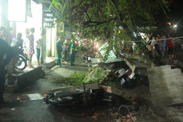 Bức tường ngã đè 2 người và 7 xe máy ở chung cư An Lộc