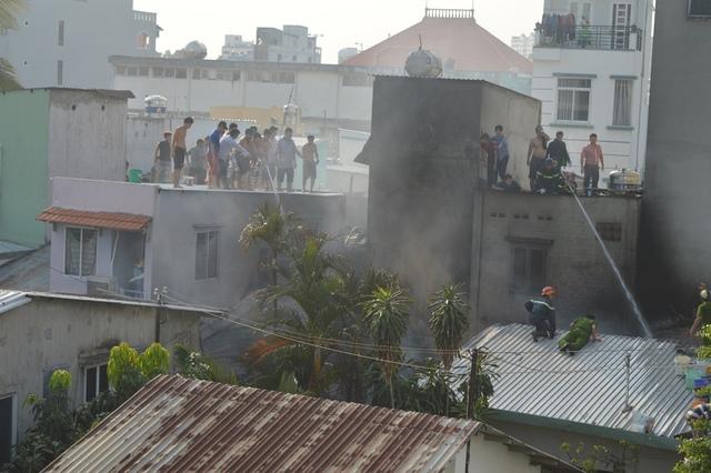 Lính cứu hỏa tiếp cận từ nhiều phía để dập lửa.