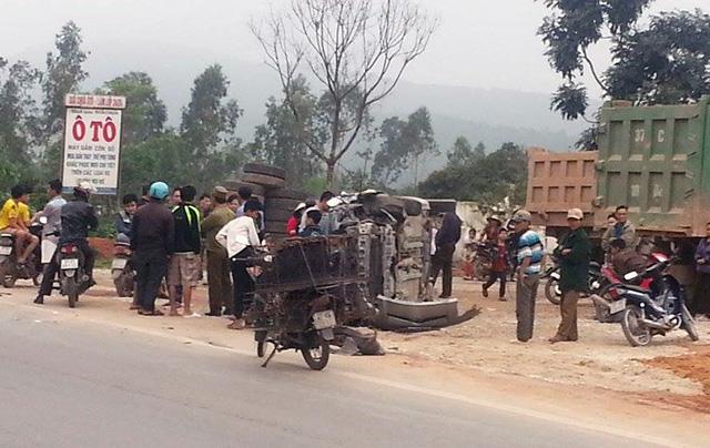 Rất đông người hiếu kỳ kéo đến xem vụ tai nạn.